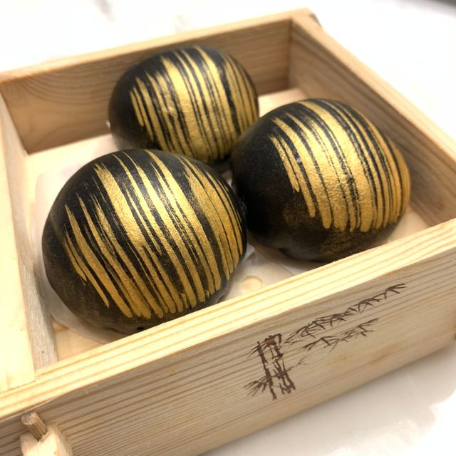 黑金碳香流沙包 HOUSE SPECIALTY BLACK GOLDEN EGG CUSTARD BUN